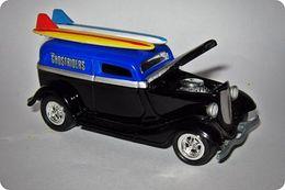 Playing mantis johnny lightning surf rods r4 ford 1933 delivery model cars 765f718d 4cb9 4230 bb9a 7eecff8b31f6 medium